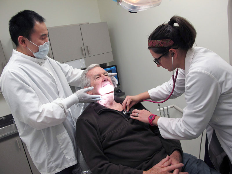 Dental and nursing students work together atCHOMP at CWRU