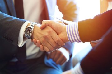 Close up photo on two people shaking hands